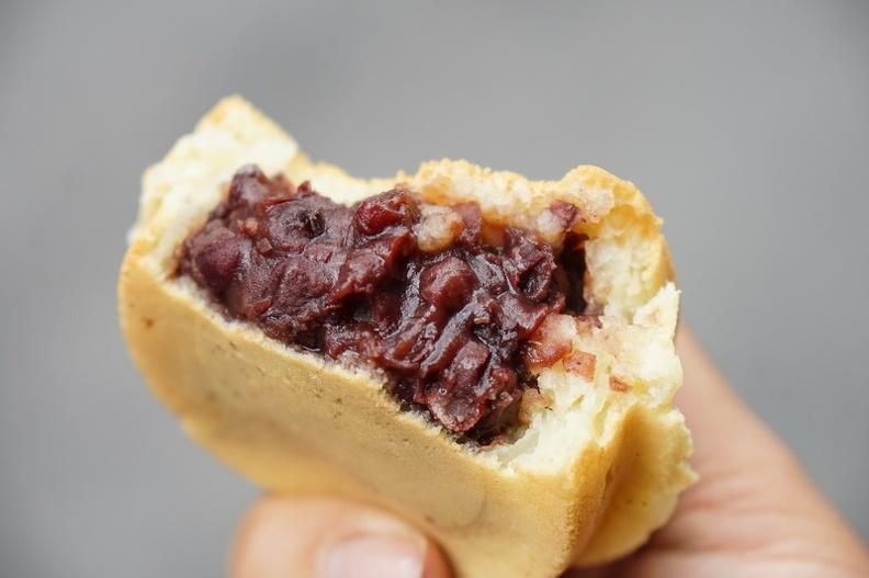 [花蓮美食]新港街花媽紅豆餅完全打中我的味蕾 相思紅豆餅我非常尬意! 花蓮車輪餅 @跳躍的宅男