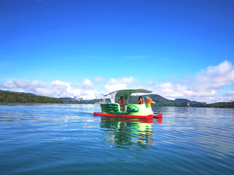 [南投旅遊推薦]沒想到在日月潭泛舟這麼美 湖光山色美景  安全又好玩 還有電動天鵝船可以選擇  伊達邵遊客中心