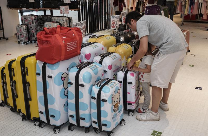 [花蓮特賣會]禾雅行李箱特賣會-萬國Eminent全台最低價、超可愛拉拉熊行李箱等多款行李箱 最低價800元起 Liukoo等男女包款 真皮包款 型男公事包、休閒包通通1.8折起│早買早享受 通通在貨櫃星巴克旁