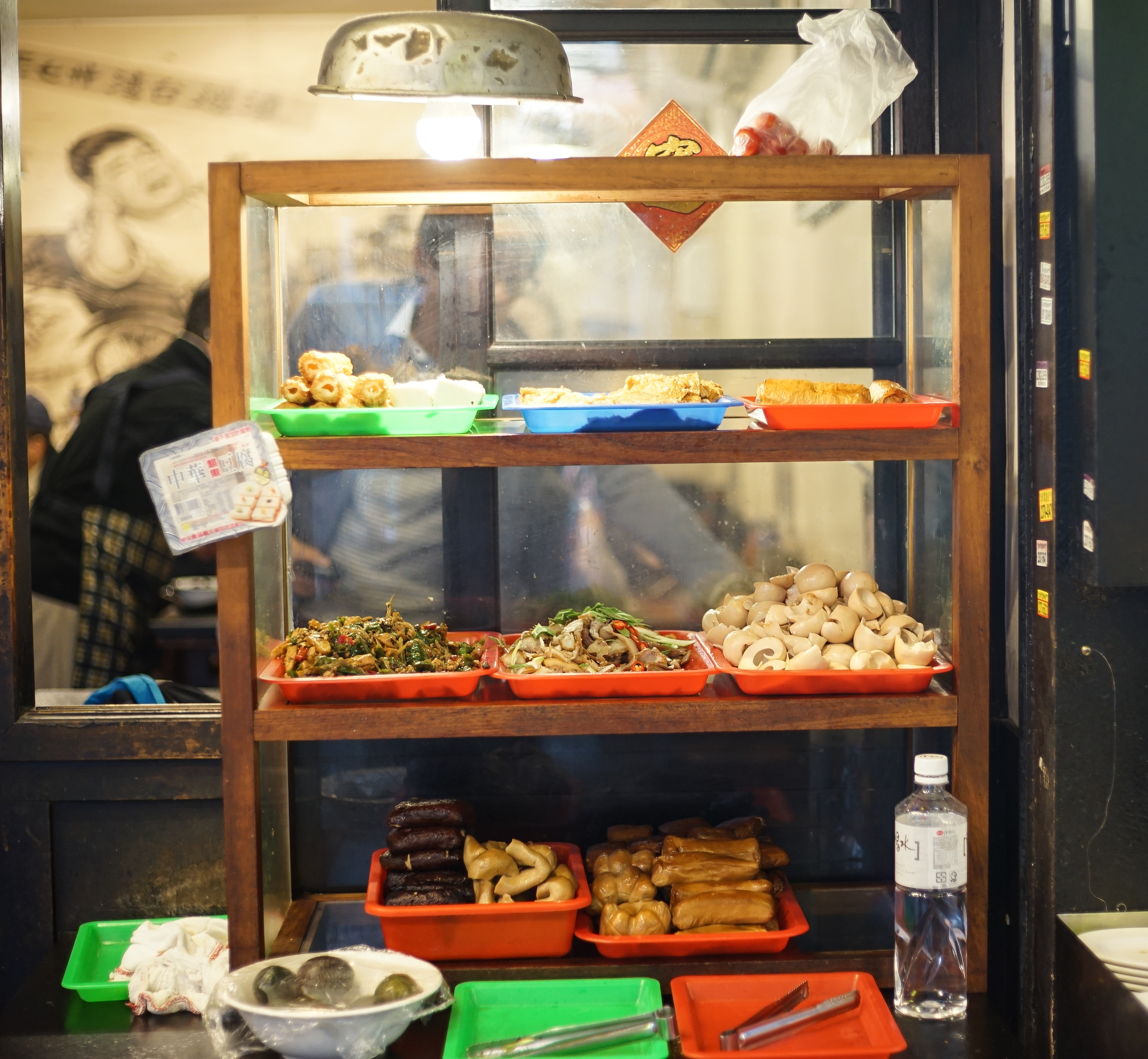 [台北西門町美食]西門麵店-極脆涼麵 牛肉麵 我愛水波蛋豬腳飯 煙燻豆皮蔬菜捲 早上6點至晚上11點,早餐 午餐 晚餐宵夜 一次搞定 真不愧是台北60年老店  西門町捷運美食