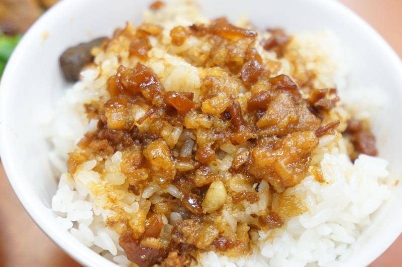 [台北中山區美食]黃記魯肉飯-蹄膀優秀 肉羹好吃 魯肉飯加蹄膀才是他的完成型阿 30年台北老店 晴光市場美食 台北滷肉飯