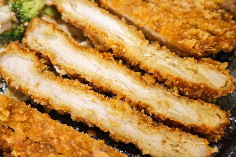 [花蓮美食]再訪樂咖哩-大份量霸氣豬排搭配濃稠日式咖哩,食材透明味道喜歡 提供樂咖哩菜單,不像簡餐店倒像是休閒茶鋪 而且還真有茶點多樣飲料提供唷 花蓮咖哩豬排