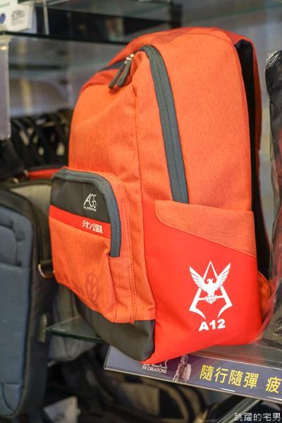 [機動戰士鋼彈40週年聯名企劃] 鋼彈背包哪裡買  全台體驗店櫃名單看這裡  攝影背包挑黑色三連星MS-09後背包,花蓮百達遊背包可體驗  預購至2020/04