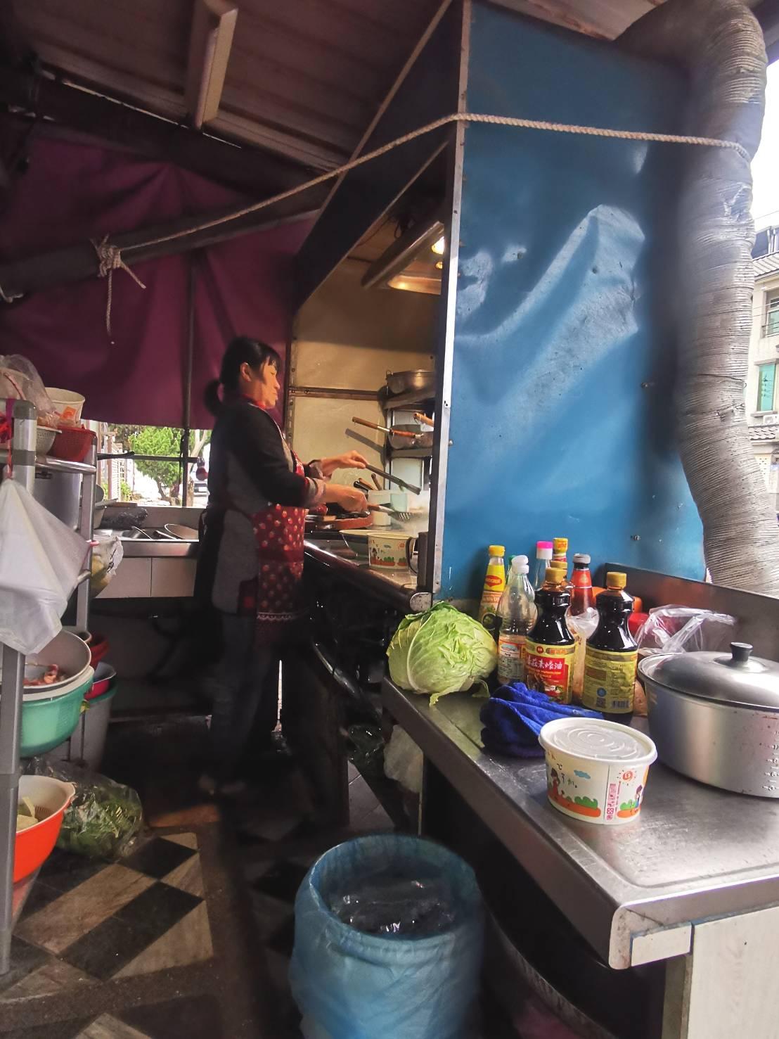 花蓮這間泰國阿姨開的無名小店 牛骨湯超厲害居然只要50元  泰國人在台灣的家鄉美食  有什麼賣什麼 從早開到晚  球崙泰國小吃
