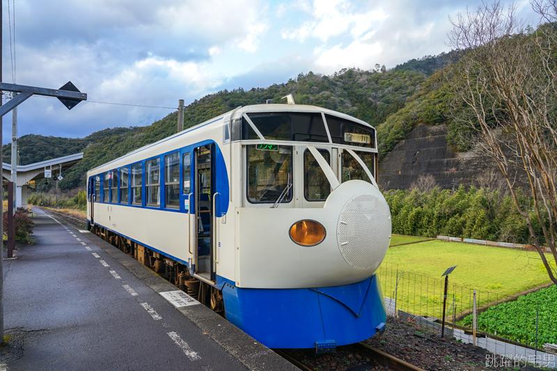 [愛媛宇和島旅遊]日本電車不一樣  史上最慢新幹線  車廂竟然宛如銀河鐵道Blue  真的是比有梗的啦  松丸駅還能免費泡足湯,鉄道ホビートレイン  森の国 ぽっぽ温泉  JR四国予土線