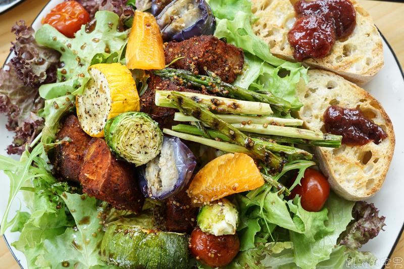 [花蓮早午餐]隱身花蓮山腳下的玻璃屋咖啡廳  FUN Table Cafe  心目中第一名的溫沙拉  玫瑰檸檬塔 花蓮咖啡廳推薦