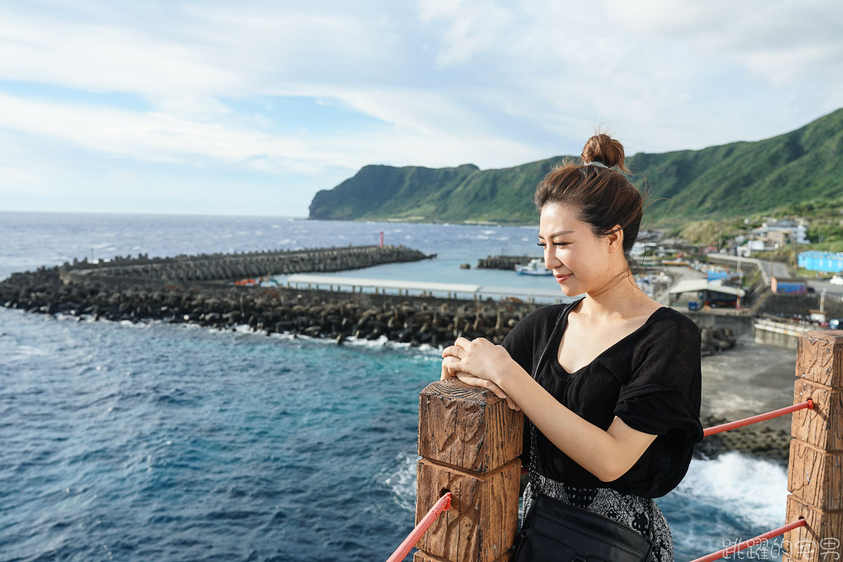 蘭嶼IG景點 高處俯瞰白色燈塔配上蘭嶼湛藍海洋  絕美景色就在舊開元港  蘭嶼旅遊 椰油村景點