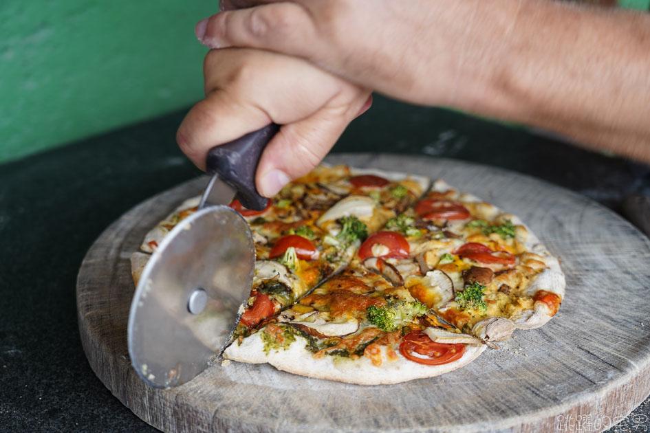 [花蓮美食]夏太熱手工披薩-外國人開的手工披薩店,居然有埃及口味披薩?! 還能選2種口味 提供肉桂捲 松園別館旁邊 提供素食披薩 夏太熱菜單  花蓮披薩 花蓮素食 花蓮異國料理