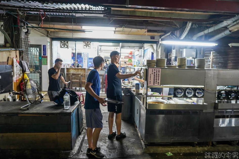 [捷運南京三民站美食]東引小吃-中午到凌晨4點的台北麵店 谷歌評價超過2800則 生意好到開3間,獨特牛油拌麵好吃讓人秒戀愛 滿滿滷味選不完 蘭花干 雞腸必點  台北小吃 松山區美食