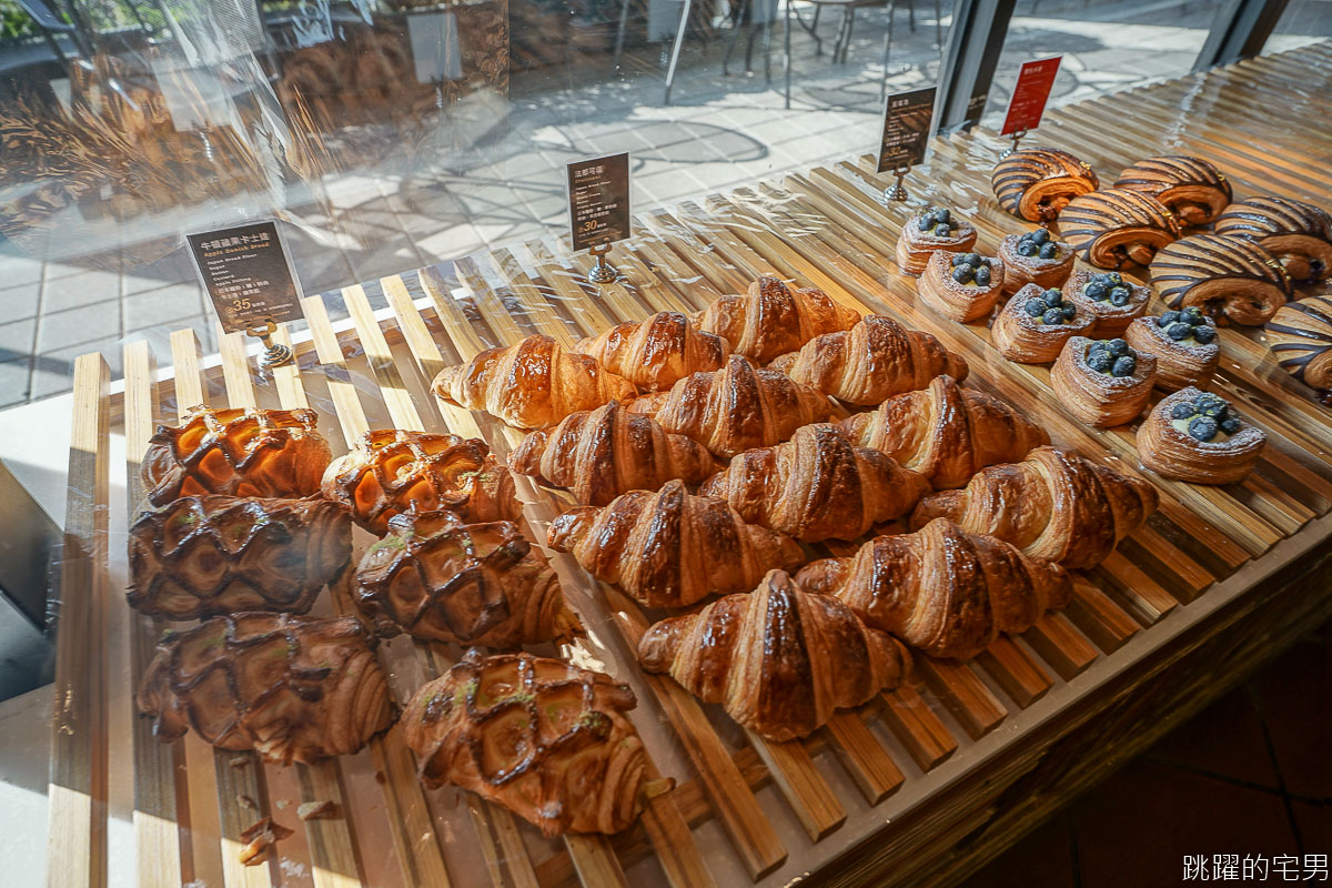 [台中南屯咖啡廳]卡啡那CAFFAINA台中大墩店-獨棟挑高寬暢座位多 空間大到還有90度書牆 英國金屬風格吧檯也太好拍 台中不限時有插座咖啡廳 台中早午餐