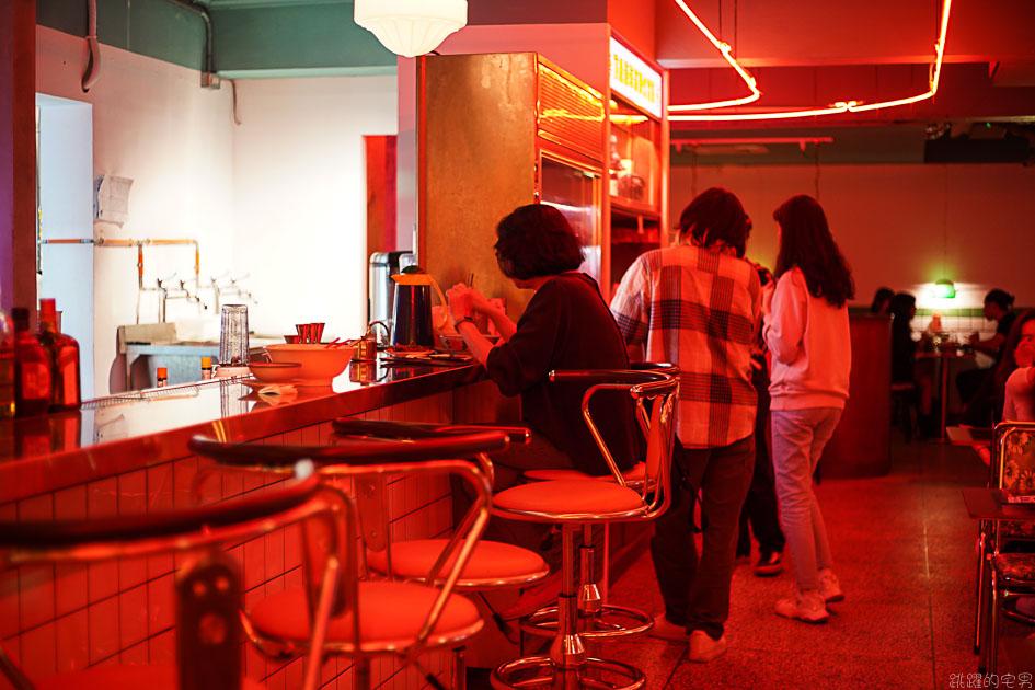 [台北公館美食]純愛小吃店-這間很像做黑的小吃部 粉粉暗紅色的燈光擺設很有茄子蛋歌中的80年代餐廳場景模樣 中正區美食 中正區酒吧 公館酒吧
