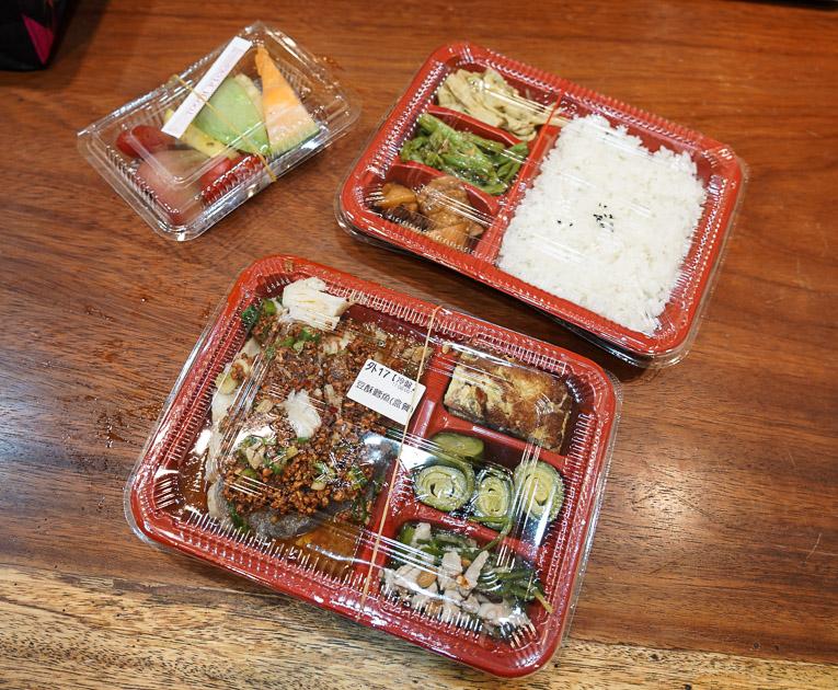 [花蓮美食]闔家歡南北餚餐館-老字號館子推出防疫餐盒 一主菜六配菜還有水果盤 180元起超豐富  花蓮便當外帶