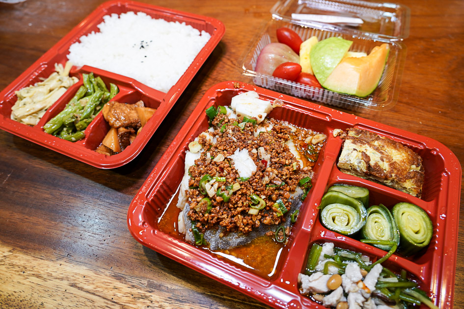 今日熱門文章:[花蓮美食]闔家歡南北餚餐館-老字號館子推出防疫餐盒 一主菜六配菜還有水果盤 180元起超豐富  花蓮便當外帶