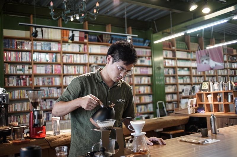[花蓮咖啡廳]沈醉2咖啡館-書香中飄散著咖啡香 咖啡與書店的完美結合  肉桂捲與甜點 提供咖啡外送服務 舊書鋪子二手書店 @跳躍的宅男