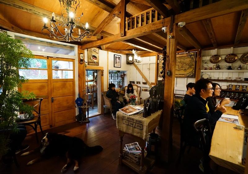 [花蓮市]波提娜麗精品咖啡-古典傢俱 百年收銀機  古典傢俱樣樣仔細,一進來彷彿就來到了歐洲鄉村小屋啊 @跳躍的宅男