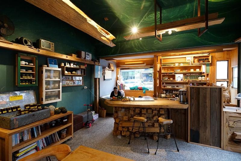 [花蓮市]木沐咖啡-映入眼簾的都是台灣檜木! 手作訂製原木傢俱 老闆娘自豪法式鹹派 @跳躍的宅男