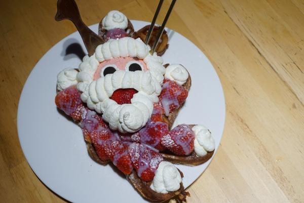 [花蓮]來+奇想咖啡-讓人下不了手的超可愛聖誕老人鬆餅 絕妙滋味的紅色奇飲 夜色未盡的好去處 @跳躍的宅男