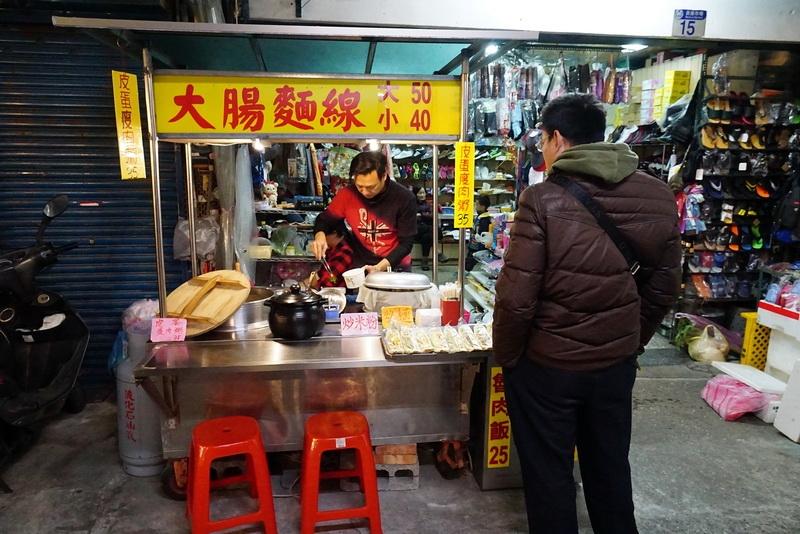 [花蓮市美崙綜合市場]台灣美味大腸麵線炒米粉,在市場走跳,都是有兩把刷子的! @跳躍的宅男