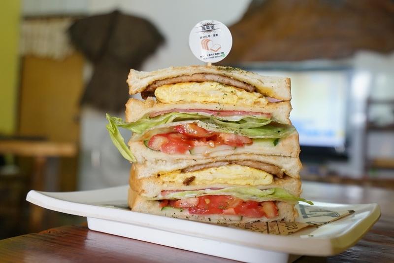 [花蓮美食]福氣號碳烤三明治蛋餅-豪邁三明治必點 10點後還有賣烤肉飯和炒麵等中餐唷 @跳躍的宅男