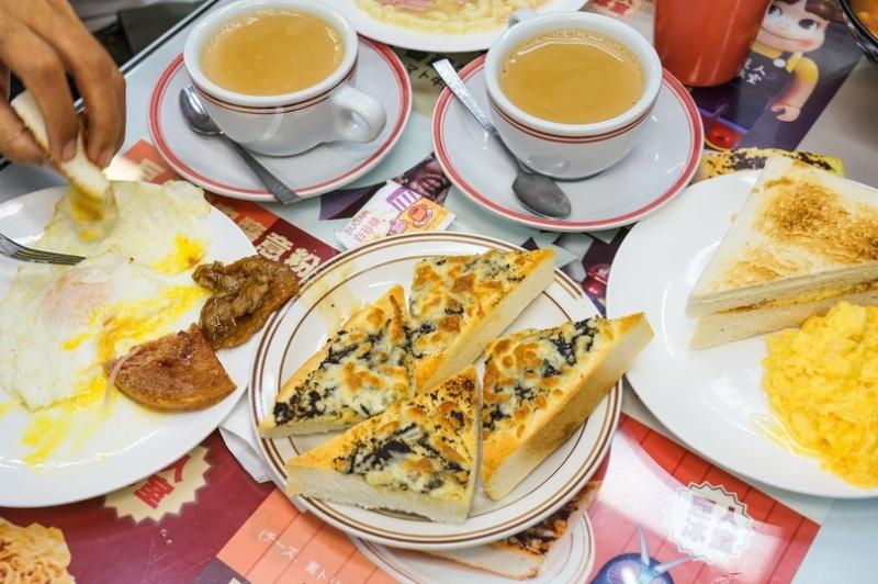 [香港美食太子站]巨人冰室-黑松露多士好好吃 沙嗲牛肉麵必點!! 這裡是公仔迷的天堂啊 @跳躍的宅男