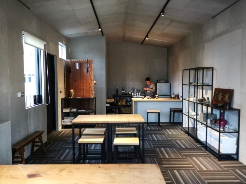 [花蓮散策]小隱-古琴教學 瓷器 自烘手沖咖啡很對我的味-宅人咖啡 @跳躍的宅男