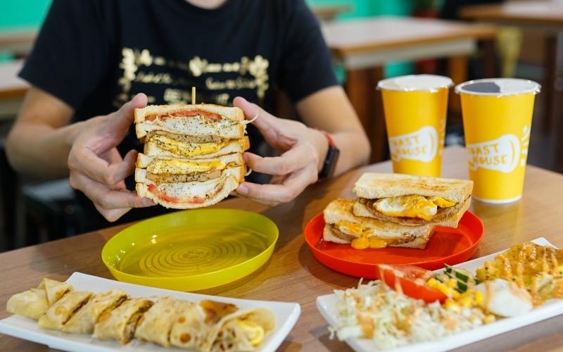 [花蓮美食]多士號-招牌肉蛋吐司真好吃  早上7點就吃得到 全天候提供外送服務 還有嫩煎辣雞總匯 鐵板麵 蛋餅  花蓮早餐推薦 @跳躍的宅男