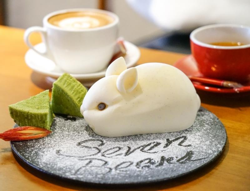 天啊 ~這樣怎麼捨得吃- 白色兔兔冰淇淋幕斯超可愛 還有河馬 沙皮狗 Seven Beans 咖啡舍 花蓮咖啡廳 @跳躍的宅男